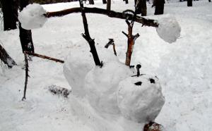 重量挙げする雪だるま