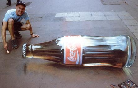 転がるコーラ瓶